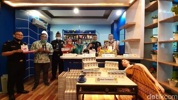 Bea-Cukai Palembang memusnahkan barang ilegal berupa rokok hingga sex toys (Raja Adil/detikcom)