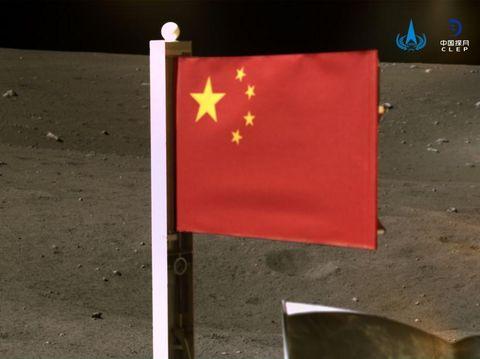 Bendera China di Bulan