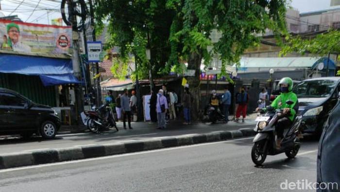 Bendera kuning terpasang di Jalan Petamburan III