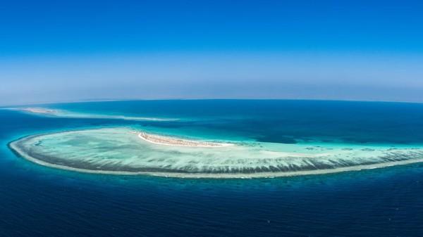 Arab Saudi juga masih mengerjakan Proyek Laut Merah. Laut Merah yang sudah indah akan ditambah dengan resor pegunungan mewah dengan keindahan gurun. (The Red Sea Project)