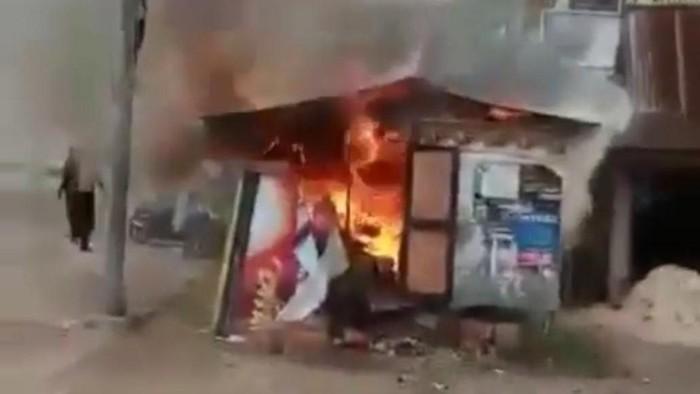 Detik-detik Riswanto tega membakar istri hidup-hidup di dalam kedai hingga tewas. Momen Riswanto kabur terekam kamera warga (Screenshot video viral)