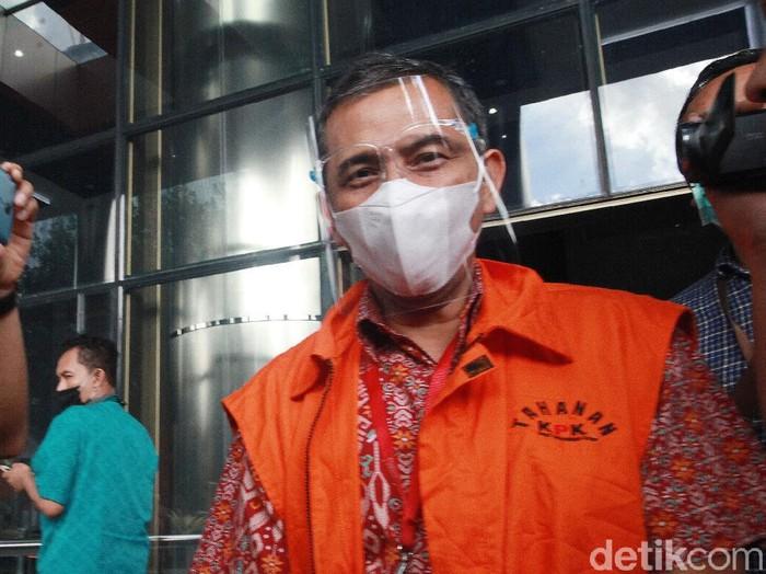 Wali kota nonaktif Cimahi Ajay Muhammad Priatna usai menjalani pemeriksaan oleh penyidik KPK. Ajay tampak diborgol dan memakai masker.