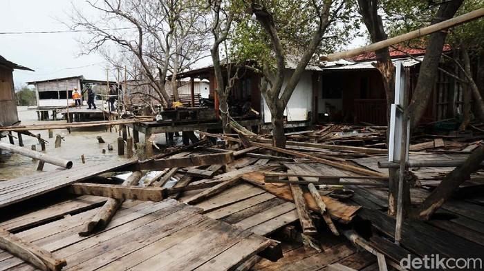 Puluhan rumah di pesisir Kabupaten Demak, Jawa Tengah, rusak diterjang angin kencang dan gelombang tinggi. Sekitar seratus warga mengungsi.