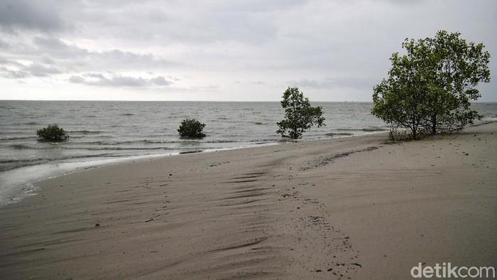 Pulau Rupat di Kabupaten Bengkalis menjadi salah satu pulau terluar Indonesia. Pulau Rupat diberkahi dengan pantai indah. Pantai Beting Aceh salah satunya.