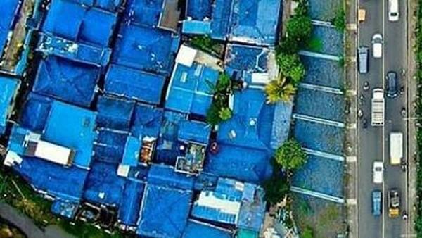 Kampung Biru Arema terinspirasi dari klub bola kebanggaan Malang, Arema FC. Nuansa serba birunya mengubah kampung yang dahulu kumuh menjadi modern. (Kampung Biru Arema/instagram)