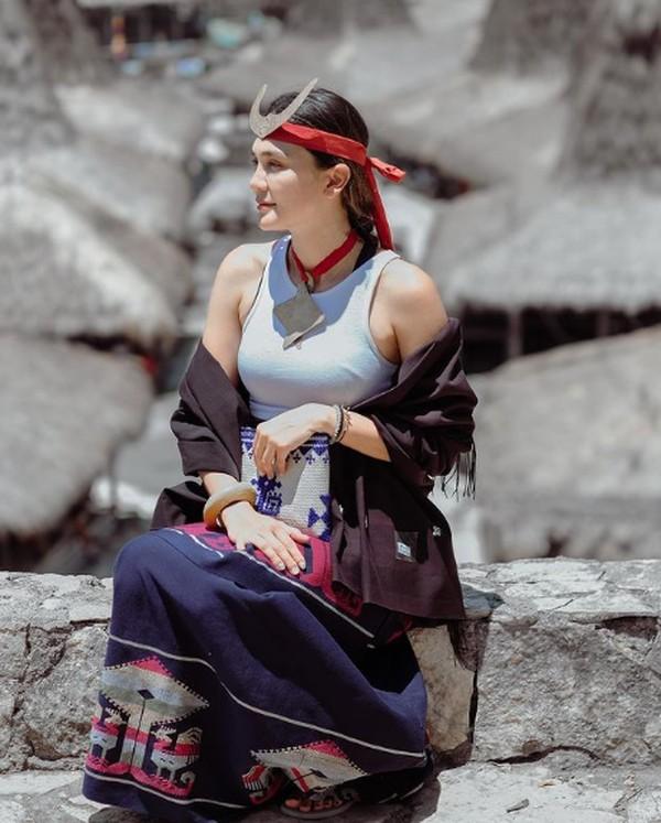 Luna dengan kain adat di Sumba. (Luna maya/Instagram)