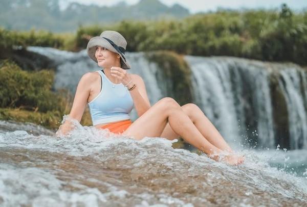 Duh, segar banget kayaknya bermain air terjun di Sumba.