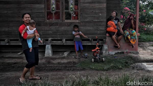 Sejumlah warga beraktivitas di kawasan Kampung Jawa, Rupat Tengah, Bengkalis, Sabtu (21/11).