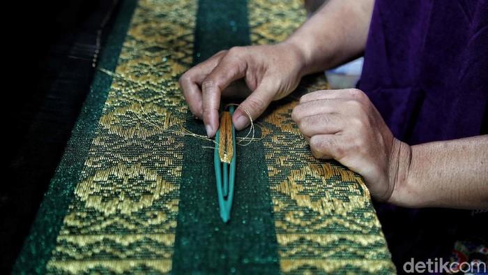 Indonesia memang terkenal dengan berbagai kerajinan tangannya. Salah satu yang khas adalah kain songket melayu di Dumai.