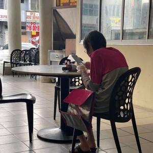 Viral Foto Nenek Jadi Kurir Pengantar Makanan, Bikin Haru Sekaligus Kagum