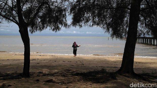 Sejumlah wisatawan menikmati Pantai Lapin di kawasan Rupat Utara, Bengkalis, Riau, Sabtu (21/11). Pantai Lapin, Ikon Rupat memanjang hingga 17 Km.