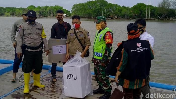 Perjalanan logistik Pilkada 2020 menuju ke Dusun Simonet Desa Semut, Kecamatan Wonokerto, Kabupaten Pekalongan, Selasa (12/8/2020).