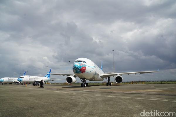 Garuda Indonesia memamerkan pesawat dengan moncong mengenakan masker beragam motif.