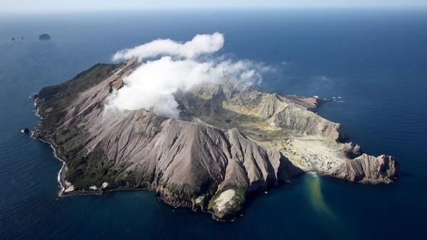 Gunung api Whakaari/White Island yang terletak di Teluk Plenty di lepas pantai Pulau Utara, Selandia Baru meletus pada 9 Desember 2019 pukul 14.11 waktu Selandia Baru.