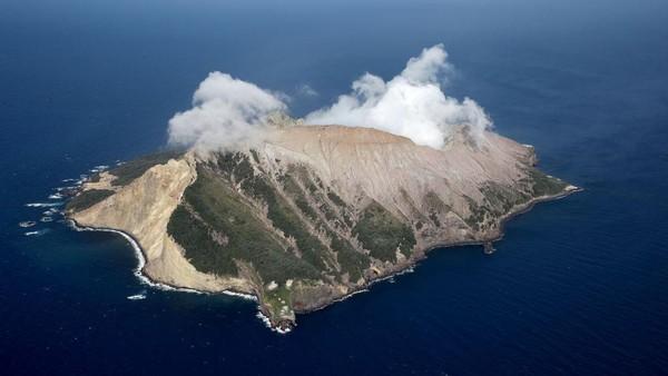 Kini setelah satu tahun pasca letusan terakhirnya terjadi, tampak gunung berapi itu masih aktif dan mengeluarkan uap panas.
