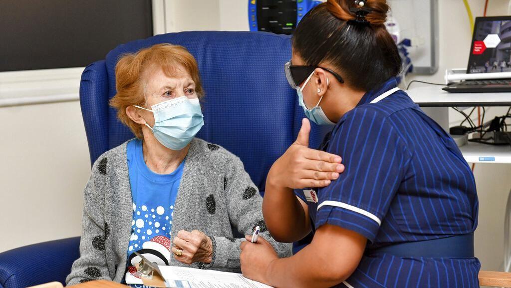 Nenek Penerima Vaksin COVID-19 Pertama di Dunia Dapat Suntikan Booster