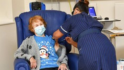 Inggris memulai vaksinasi perdana COVID-19 hari ini, Selasa (8/12/2020). Inggris menjadi negara pertama di dunia yang menyetujui vaksin dari Pfizer/BioNTech.