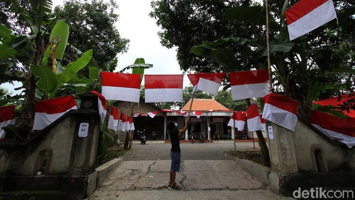 Pilkada Sukoharjo 2020 diramaikan dengan adanta TPS Merah Putih. TPS yang berada di Jarak, Sukoharjo, Jateng, ini berhias bendera merah putih.