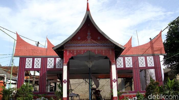 Jelang pelaksanaan Pilkada 2020, warga di Depok mulai menyiapkan Tempat Pemungutan Suara (TPS). Uniknya, TPS tersebut bernuansa rumah adat dari berbagai daerah.
