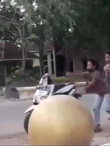 Viral bocah mewek dan banting motor usai disetop polisi (Screenshot video viral)