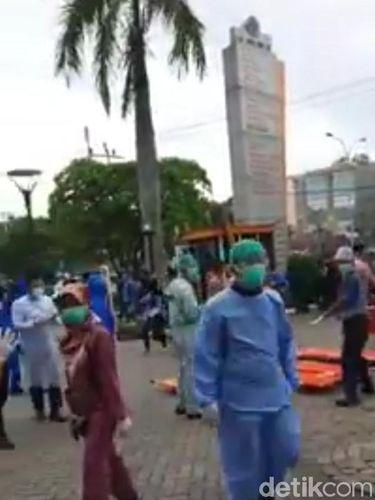Viral video mobil ambulans bertuliskan FPI masuk ke halaman RS. Faktanya peristiwa tersebut terkait demo penolakan omnibus law UU Cipta Kerja di area gedung DPRD Riau yang berujung ricuh (Screenshot video viral)