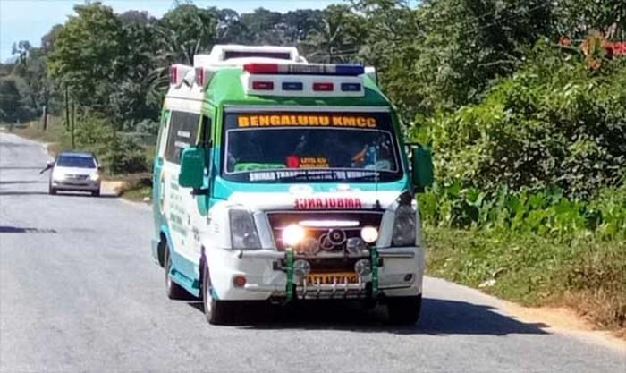 Warga di India membantu mengosongkan jalan agar ambulans bisa lewat dengan lancar