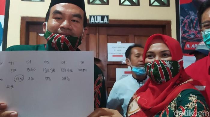 Arif Rohman-Tri Yulisetyowati mengumumkan keunggulan di kantor DPC PDIP Blora, Rabu (9/12/2020). Arif merupakan wakil bupati petahana Blora yang maju melawan istri bupati Blora Umi Kulsum di Pilkada.