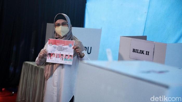 Calon walikota Tangerang Selatan Siti Nur Azizah melakukan pencoblosan di TPS 08, Kelurahan Pondok Pucung, Kecamatan Pondok Aren, Tangerang Selatan, Rabu (9/12/2020).