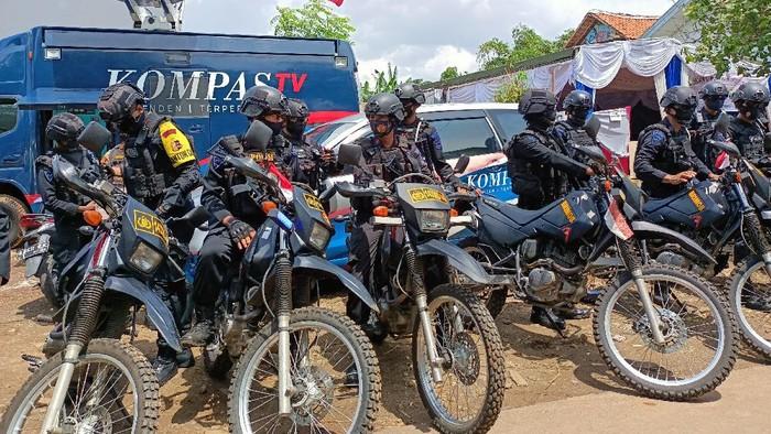 Brimob patroli pengamanan Pilkada Tangsel 2020 di Podok Aren