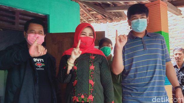 Bupati Klaten Sri Mulyani mencoblos di TPS 7 Desa Posakan kecamatan Cawas, Klaten, Rabu (9/12/2020).