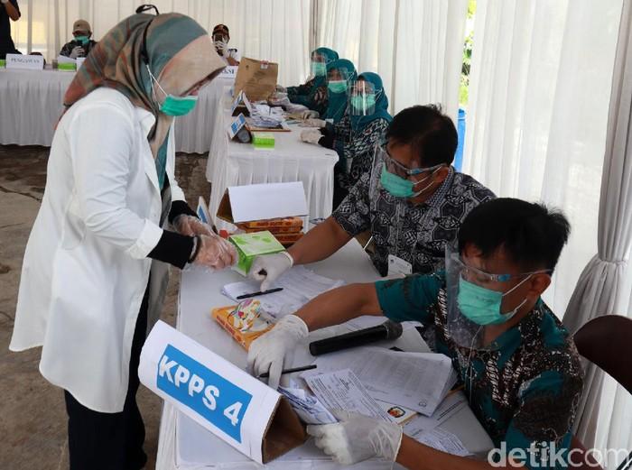 Calon Bupati Bandung nomor urut satu Kurnia Agustina menyalurkan hak pilihnya di TPS 15, Desa Gunung Leutik, Kecamatan Ciparay.