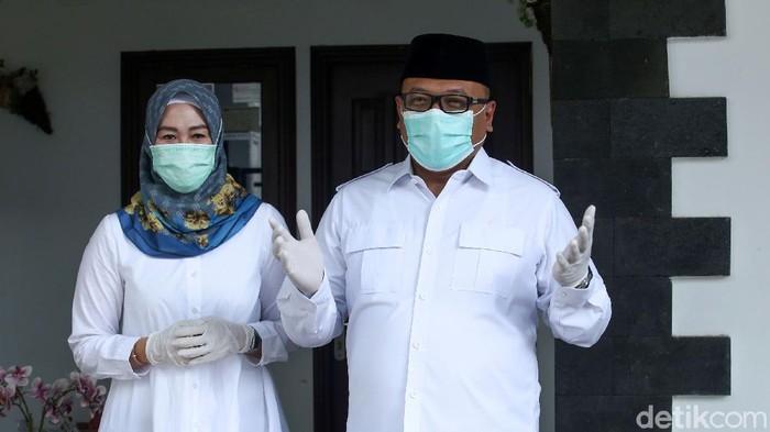 Calon Wali Kota Depok nomor urut 1, Pradi Supriatna, mencoblos di TPS 15, Depok, Rabu (9/12/2020). Pradi datang bersama sang istri dan kedua anaknya namun sang istri tidak mencoblos.