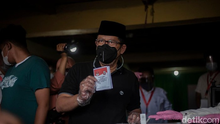 Cawalkot Makassar Irman Yasin Limpo (None) saat mencoblos di TPS (Reinhard-detikcom).