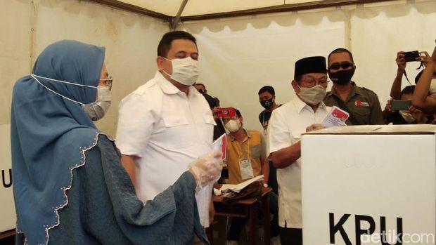 Cawalkot Makassar nomor urut 2 Munafri Arifuddin mencoblos dengan didampingi istri dan mertuanya, Aksa Mahmud (Hermawan-detikcom).