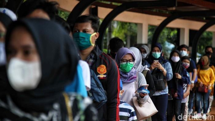 Ratusan warga mengantre di Pintu Masuk Dufan kawasan Ancol, Jakarta Utara, Rabu (9/12/2020).