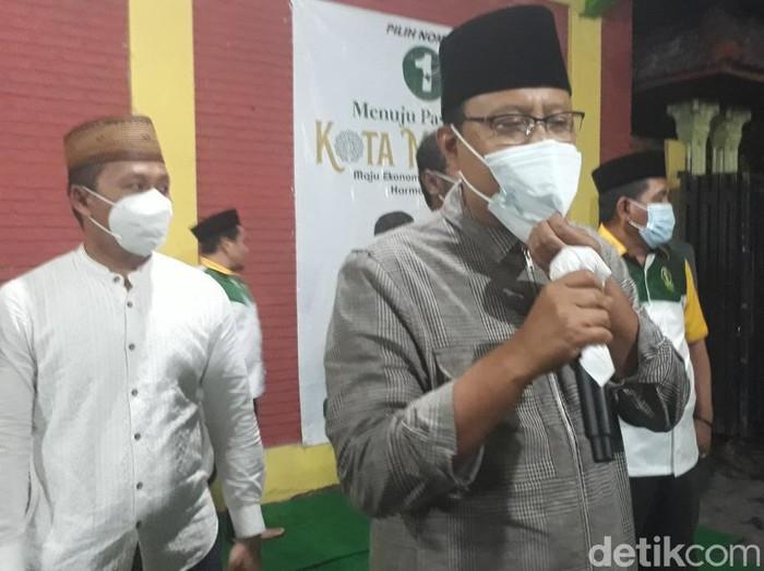 Wali Kota Surabaya Tri Rismaharini larut dalam perayaan kemenangan paslon Eri Cahyadi-Armuji, berdasarkan hitung cepat. Risma menyambangi posko pemenangan sekaligus kantor DPC PDIP Surabaya, Jalan Setail.