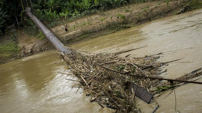 Kondisi jembatan gantung yang putus di  Desa Pasir Tanjung, Lebak, Banten, Rabu (9/12/2020). Jembatan yang menghubungkan tiga desa tersebut putus usai diterjang luapan Sungai Ciberang pada Minggu (6/12/2020). ANTARA FOTO/Muhammad Bagus Khoirunas/aww.
