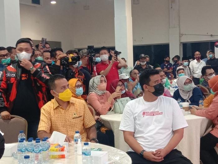 Ketua Golkar Sumut Musa Rajekshah (kemeja kuning) dan Bobby Nasution (kaos putih) / Ahmad Arfah-detikcom