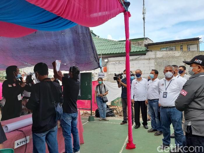 Ketua KPU RI Arief Budiman memantau pelaksanaan gelaran Pilkada 2020 di Tangerang (Tiara Aliya/detikcom)