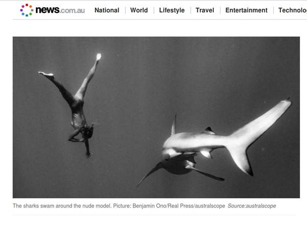 Yang terbaru adalah foto yang diunggah situs News.com.au ini, dia berpose bugil sambil freedive dengan hiu di Hawaii. Foto: screenshot situs News.com.au