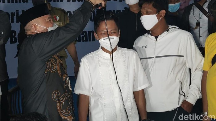 Mohammad Idris mencukur rambut timsesnya dalam deklarasi kemenangan Pilwalkot Depok setelah menerima hasil quick count (Sachril Agustin/detikcom)