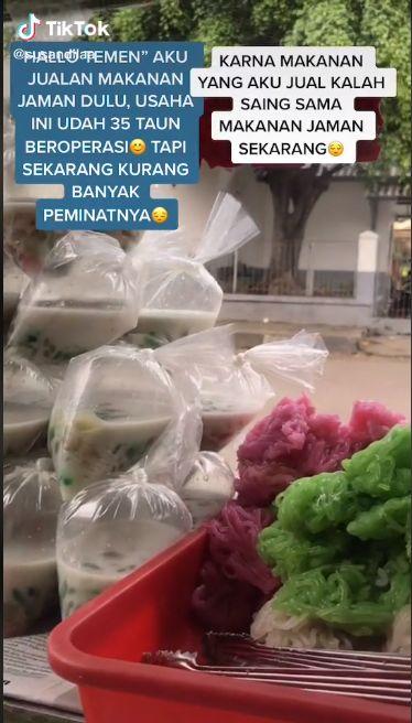 Jualan di TikTok, Penjual Jajan Pasar Cantik Ini Curi Perhatian