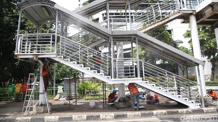 Pemprov DKI Jakarta terus melakukan perawatan JPO di sejumlah titik. Salah satunya di kawasan Kuningan Madya, Jakarta Selatan.