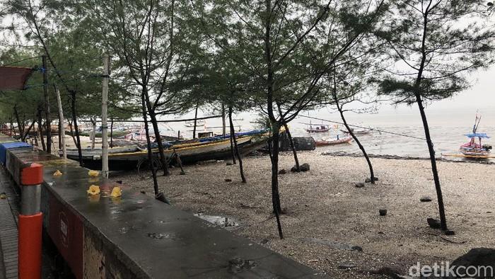 Mal dan tempat wisata di Surabaya sepi saat Pilkada 2020. Salah satu penyebabnya yakni hujan yang mengguyur sejak pagi hingga siang hari.