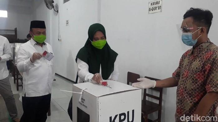 Penghitungan surat suara di TPS tempat Wali Kota Surabaya Tri Rismaharini mencoblos, dimulai. Surat suara paslon nomor urut 2 muncul pertama.