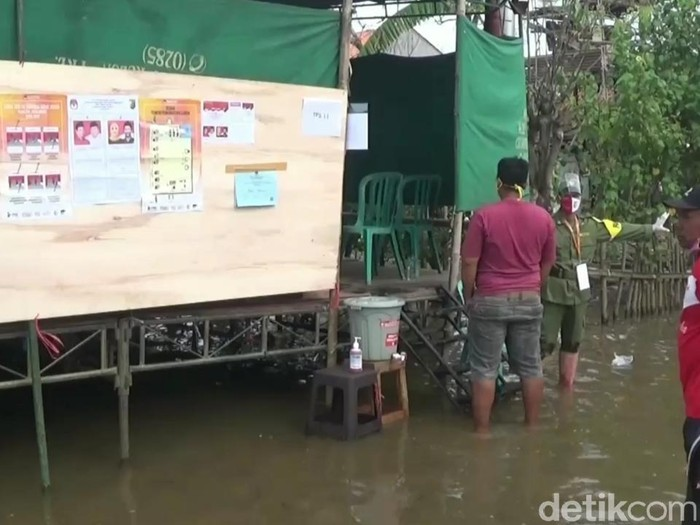 Suasana banjir di TPS di Dukuh Clumprit, Kelurahan Degayu, Kecamatan Pekalongan Timur, Kota Pekalongan, Rabu (9/12/2020).