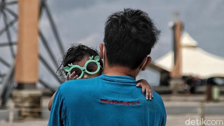 Libur Pilkada 2020 dimanfaatkan sejumlah warga untuk berlibur. Salah satu destinasi favorit yakni Pantai Ancol.