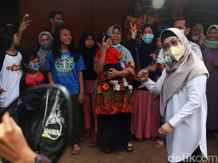 Calon Wali Kota Tangerang Selatan, Siti Nur Azizah menyapa warga di sekitar TPS 08, Pondok Pucung, Rabu (9/12/2020). Nur Azizah meminta warga menggunakan hak pilihnya.