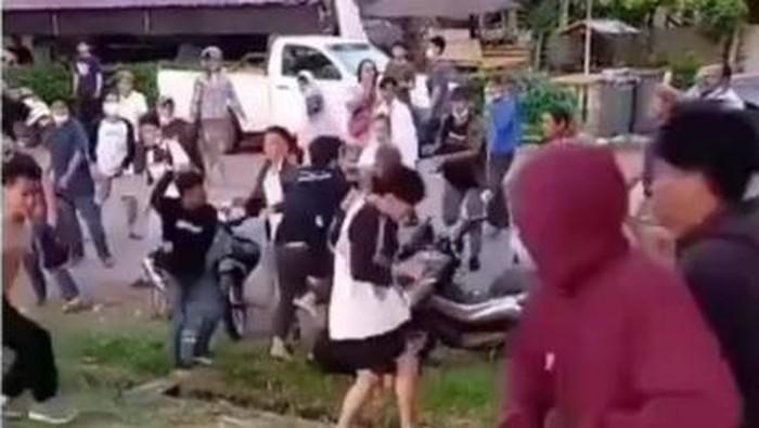Viral video antarpendukung paslon di Pilbup Luwu Timur terlibat bentrokan. Polisi langsung turun tangan (Screenshot video viral)