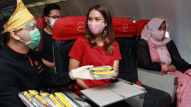 AirAsia bagi-bagi nasi Padang pada penerbangan perdana Jakarta-Padang, Kamis (10/12)
